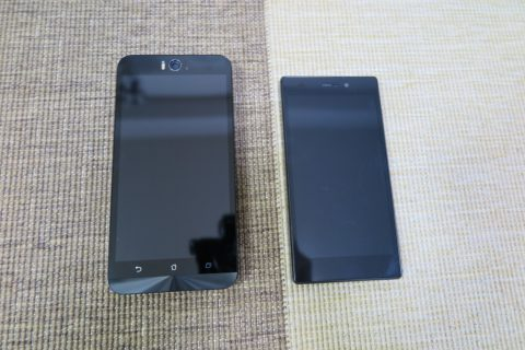 Zenfone SelfieとFREETEL MIYABIのサイズ比較