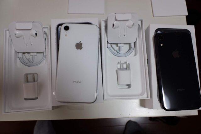 iPhone XRの付属品と、ホワイトとブラックの背面