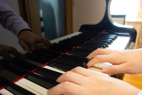 ピアノの鍵盤(キーボード)を打つ